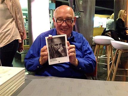 Raymond Depardon avec le livre de Christian Caujolle publié par André Frère Éditions